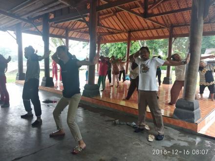 Camat Sedayu Bersama Masyarakat Melakukan Senam Pagi di Balai Dusun Sungapan
